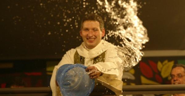 31out2004---padre-marcelo-rossi-joga-balde-de-agua-benta-em-fieis-durante-cerimonia-em-sao-paulo-1412038693458_956x500