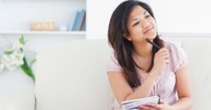 mulher-jovem-faz-lista-de-desejos-anotando-ideias-1365089106235_956x500